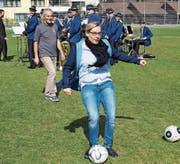 Gemeinderätin Susann Metzger eröffnet mit dem symbolischen Torschuss (sie trifft) den Platz. (Bild: Lukas Alder)