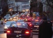 Auf den städtischen Hauptverkehrsachsen kommt es fast täglich zu Staus. Die Stadt will das Problem mit verschiedenen Massnahmen lösen. (Bild: Benjamin Manser)