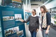 Susan Asghari (links) und Annette Bosshart in der Ausstellung zur Migration in der Stadtbibliothek Gossau. (Bild: Ralph Ribi)