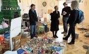 Kreatives Chaos im Atelier von Peter Dew (Zweiter von rechts). (Bild: Andreas Stock)