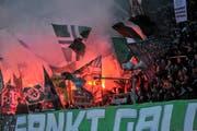 Beim Super-League Spiel zwischen dem FC St.Gallen und dem FC Zürich kam es zu Sachbeschädigungen. FCSG Fans zündeten auch in anderen Spielgen gegen den FCZ schon Pyro. (Bild: Ralph Ribi/Symbolbild)