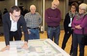 Pascal Bossart, Gemeinderat und Präsident der Katholischen Kirchgemeinde Flawil, präsentiert die planerischen Ideen für die Neugestaltung der Umgebung der Kirche St. Laurentius. (Bilder: Andrea Häusler)
