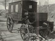 Nach 28 Jahren im «Exil» kehrte ein altertümlicher Krankenwagen ins Toggenburg zurück. (Bild: PD)