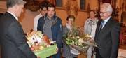 Zu seinem 20-Jahr-Jubiläum als Gemeindepräsident wurde Niklaus Hollenstein ein Geschenkkistli mit Niederbürer Produkten überreicht, und seine Gattin Elsbeth durfte einen Blumenstrauss in Empfang nehmen. (Bild: Urs Bänziger)