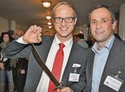 Gewerbevereinspräsident Philipp Caimi (links) und sein Vize, Andreas Baumgartner, haben die Ausstellung mit einer Sabrage eröffnet.