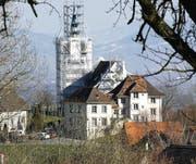Bei der Kirche Eichberg, die derzeit saniert wird, muss das Schutznetz wegen der Fledermäuse noch vor März entfernt werden. (Bild: Max Tinner)