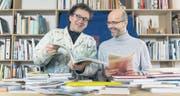Der Künstler und Verleger Josef Felix Müller und der Mitbegründer des Ateliers für visuelle Kommunikation TGG, Roland Stieger, beim Auswahlverfahren für die Leipziger Buchmesse. (Bild: Hanspeter Schiess)