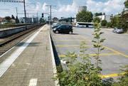 Zehn neue Parkfelder für Inhaber einer SBB-Parkkarte. Wer sein Auto «wild» abstellt auf dem Bahnhofareal bekommt eine Busse bis 500 Fr. (Bild: René Schneider)