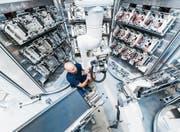 Auch wenn Roboter uns Arbeit abnehmen – die Interaktion zwischen Mensch und Maschine spielt eine zentrale Rolle. (Bild: Getty/Westend61)