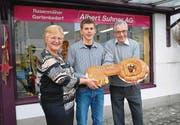 Symbolische Schlüsselübergabe: Therese und Albert Suhner mit dem neuen Inhaber der Albert Suhner AG, Michael Eugster. Er wird an der bewährten Service- und Reparaturleistung festhalten. (Bild: Ralph Dietsche)
