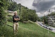 Hansjürg Albrecht auf der Wiese, auf der das Alterszentrum entstehen soll. Hinter ihm ist sein eigenes Grundstück. (Bild: Michel Canonica)