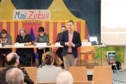 Trotz fasnächtlichem Ambiente waren Präsentation und Diskussion in der Kalberhalle sachlich und konstruktiv. (Bild: Sascha Erni)
