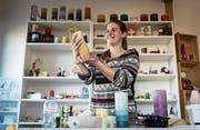 Die St. Gallerin Andrea Thoma zu Hause in ihrer Kerzenwerkstatt. (Bild: Hanspeter Schiess)