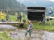 Dreharbeiten in der Laui: Der Hauptdarsteller überquert für einen der beiden Werbespots die Thur. (Bild: Miranda Diggelmann)