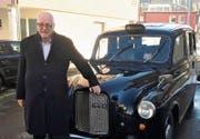 Am letzten Arbeitstag wurde Peter Joos im Oldtimer-Taxi chauffiert und mit einem Apéro überrascht. (Bild: PD)