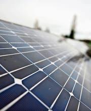 Wer Sonnenkollektoren auf dem Hausdach installiert, kann vom Energiefonds profitieren. (Bild: Urs Jaudas)