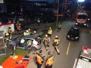 Um zwei der Opfer zu bergen, musste die Feuerwehr das Dach des Autos wegschneiden. (Bild: Kapo)