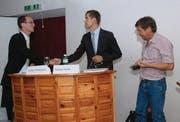 Händeschütteln am Ende der Debatte: (von links) Die beiden Kandidaten für das Lichtensteiger Stadtpräsidium Stefan Rosenblum und Mathias Müller sowie Moderator Pius Kessler. (Bilder: Hansruedi Kugler)