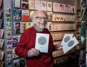 Pio Krapf im Markwalder mit «seinen» Stickerei-Karten. (Bild: Ralph Ribi)