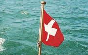 Unter der Fahne der Schweiz gleitet der Katamaran über den Bodensee.