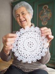 Stolz präsentiert Rosmarie Huser aus Alt St. Johann eines ihrer filigranen kunsthandwerklichen Produkte. (Bilder: Benjamin Manser)