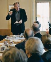 Der Leiter des Amts für Baubewilligungen, Ernst Michel, referiert am FDP-Morgenstamm. (Bild: Ralph Ribi)
