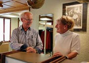 Seit über 34 Jahren kümmern sich Kurt und Vreni Schmidhauser im gleichen Salon um die Frisuren ihrer Kundschaft. Vieles im Salon ist noch so, wie es beim Einzug war. (Bild: Angela Hess)