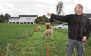 Kantonsrat Damian Gahlinger (SVP) kann nicht verstehen, dass die Dorfidylle einem Gewerbegebiet weichen soll. (Bild: Simon Dudle)