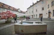 Der Otmarbrunnen (vorne) bleibt, die runde Brunnenanlage (linke Bildhälfte) wird neu gestaltet. (Bild: Ralph Ribi)