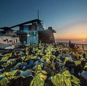 Das einzige Gold, welches die Migranten auf der Suche nach ihrem Eldorado finden, sind die Wärmedecken der Flüchtlingshilfe. (Bild: PD)