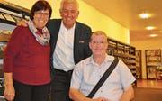 Wiedersehen in der Uzwiler Gemeindebibliothek: Marianne und Urs Oberholzer aus Oberbüren waren kürzlich von Röbi Koller in einer Happy-Day-Sendung überrascht worden. (Bild: Kathrin Meier-Gross)