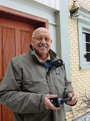 Mit seiner kleinen Kamera ausgerüstet macht sich Willi Kummer auf, um Ereignisse in Krinau einzufangen. (Bild: Kathrin Burri)