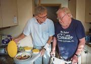 Roland Alber zeigt das Menu: Saltimbocca, Risotto, Suppe und Salat. (Bild: Andrea Stalder (Andrea Stalder))