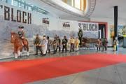 Die massiven Holzfiguren des Blochumzugs hat Weissküfer Sepp Dähler aus Trogen im Massstab 1:2 angefertigt. Sie werden nach der Filmpremiere in den Dorfläden ausgestellt und am 23. März öffentlich versteigert. Das Mindestgebot für das gesamte Ensemble beträgt 15'000 Franken. (Bild: Karin Erni)