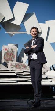 Ihm bringen Carmens Karten Glück: Michael Diem auf der Bregenzer Seebühne. (Bild: Ralph Ribi (Bregenz, 14. März 2018))