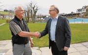 Der technische Betriebsleiter Sepp Brunner und Gemeindepräsident Andreas Gantenbein freuen sich über die Rettung «ihres» Schwimmbads. (Bild: ker)