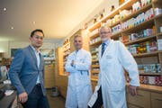Die Spitze der Paracelsus-Klinik in der hauseigenen Apotheke: Verwaltungsratspräsident Victor Teo mit Chefarzt Geoffrey Hürtgen und dem medizinischen Direktor Thomas Rau (von links). (Bild: Ralph Ribi)