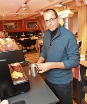 Gute Kaffeeprodukte prägen heutzutage den Umsatz. Richard Kuhn, Geschäftsleiter der Kuhn Back & Gastro AG, weiss, dass es neben guten Bohnen auch Können beim Kaffeebrühen braucht. (Bild: Urs M. Hemm)