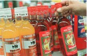 An Tankstellen ist es für Jugendliche schwieriger, an Alkohol zu gelangen als an Events. Dort können sie in 50 bis 70 Prozent der Fälle widerrechtlich Alkohol erwerben. (Bild: (Ralph Ribi))