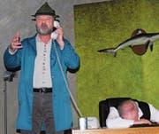 Als Hausmeister ist Alfons Moosgruber, gespielt von Bühne-70-Präsident Walter Dönni, oft zur falschen Zeit am falschen Ort und entdeckt als Erster die Leiche (Klaus Koenen). (Bild: Roland P. Poschung)