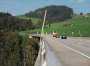 Holzvisiere an der Hundwilertobelbrücke deuten eine vom Kanton geplante Suizidprävention an. Netze sind gemäss Studien eine wirksame Art, um Suizidversuchen vorzubeugen. (Bild: Alessia Pagani)