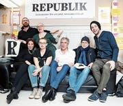 Die «Republik» ist online und Enthüllungsjournalist Günther Wallraff feiert neben Co-Gründer Constantin Seibt (Mitte) und Redaktionsmitgliedern. (Bild: Siggi Bucher/EPA (Zürich, 14. Januar 2018))