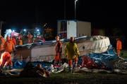 Die Aufräumarbeiten der Feuerwehr sind in vollem Gange, nachdem der starke Wind das Zelt des Zirkus Knie in Bellinzona zum Einsturz gebracht hatte. (Bild: KEYSTONE/TI-PRESS)