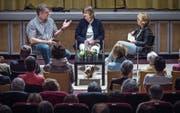 Radio-Talk im Romanshorner Kino Roxy mit Ex-Kugelstoss-Champion Werner Günthör und Esther Widmer, Geschäftsleiterin der Stiftung Erbprozent, die Livesendung wird moderiert von Daniela Lager. (Bild: Reto Martin)