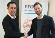 Michael Eberli (links) übergibt das Präsidium der FDP Buchs an Andreas Schwarz. (Bild: PD)