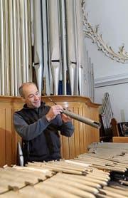 Matthias Hugentobler kontrolliert, reinigt und stimmt jede Pfeife einzeln, bevor er sie wieder einbaut. (Bild: Jolanda Riedener)