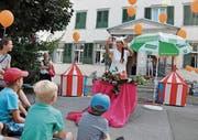 Clau Wirth eröffnete die Jubiläumsfeier der Gemeindebibliothek mit einer Geschichte. (Bild: Gianni Amstutz)