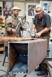 Gabriel Mazenauer (l.) und Markus Graf arbeiten an ihrer Eisenplastik «Silhouette» . (Bild: Donato Caspari)