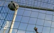 Ein Torhüter der Breitensportabteilung des FC Wil ist am Mittwoch vom Kreisgericht Wil wegen fahrlässiger Körperverletzung verurteilt worden. (AP Photo/Thomas Kienzle, File/Symbolbild) (Bild: THOMAS KIENZLE (AP))