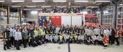 Die 150 Feuerwehrleute posieren nach der ersten gemeinsamen Übung für ein Gruppenbild. (Bild: PD)